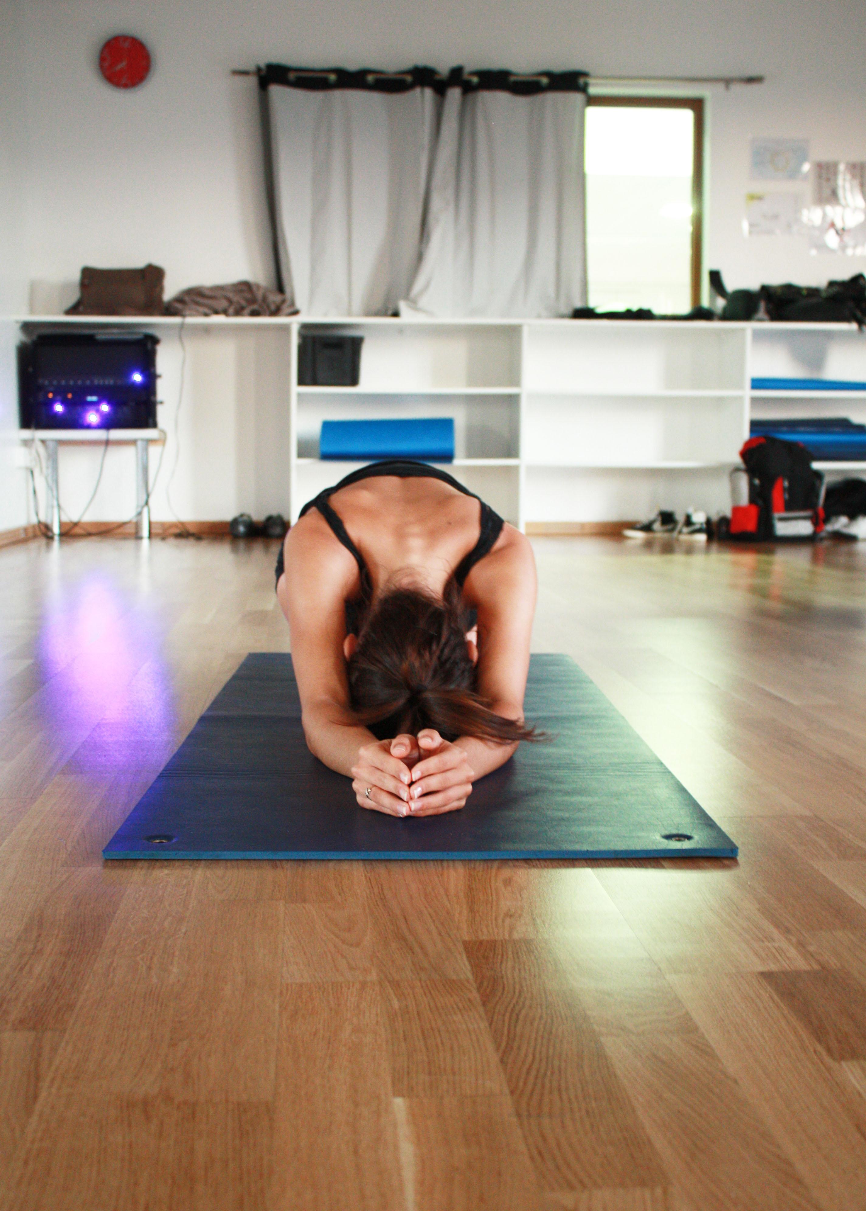 Personne qui pratique le yoga